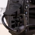 Eine solche Halterung kennen wir noch von der Nikon D810, wobei beim Konkurrenten die Halterung geclippt und nicht geschraubt wird.