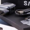 Geladen wird der Akku in der NX1. Dafür legt Samsung ein USB-Ladegerät bei samt USB-Kabel bei.