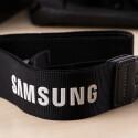 Der Kameragurt darf ebenfalls nicht fehlen. Dieser trägt den Samsung-Schriftzug.