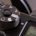 Die Systemkamera ist gut verarbeitet. Das Moduswahlrad ist aus Metall und kann arretiert werden.