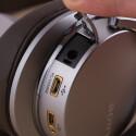 """Trotz eingebautem Digitalverstärker lässt sich der Kopfhörer auch """"offline"""" betreiben. Der Klinkenanschluss verbirgt sich hinter einer Klappe."""