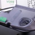 Über das Loch im Behälter lässt sich der Schmutz per Staubsauger absaugen.