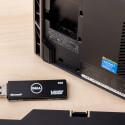 Der Alpha liegt ein Windows 8.1-USB-Stick bei. Auf der Unterseite erhält man Zugang zu einem weiteren USB-Anschluss. (Quelle: netzwelt)