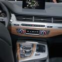 ...auch Sprachkommandos nimmt der SUV entgegen. Wem das zu viel Hightech ist, kann auch auf klassische Schalter zurückgreifen.