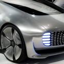 Nach außen zeigt der Mercedes über große Leuchtflächen an, ob er autonom fährt oder gefahren wird: Blaues Licht steht für selbstfahrenden Betrieb, weißes bedeutet, dass ein Mensch hinter dem Steuer sitzt.