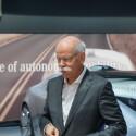 Für Zetsche sind Zeit und privater Raum zwei zentrale Luxusgüter der Zukunft. Der Mercedes-Chef glaubt nicht nur an die Zukunft des Automobils, sondern auch daran, dass autonom fahrende Autos wie der F 015 diese beiden Güter zentral vereint.