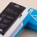 Hebt der Nutzer den Deckel der blauen Schachtel ab, darf er direkt einen Blick auf das Galaxy A3 werfen.