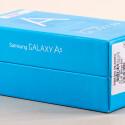 Um den Galaxy A5-Karton zu öffnen, müsst ihr die Herstellersiegel durchtrennen.