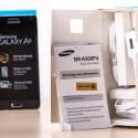 Unterhalb des Smartphones hat Samsung aller Hand Zubehör in den Karton gelegt.
