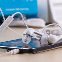 Dem Galaxy A5 legt Samsung auch Kopfhörer bei. Anders als viele Top-Modelle des südkoreanischen Herstellers kann das A5 mit diesen auch UKW-Radioprogramme empfangen.