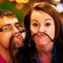 Hipster aufgepasst: Im Zuge der Movember-Bewegung sicherlich im Trend, Bilder mit Bart. Wenn ihr keinen passenden habt und die Freundin lange Haare, dann liegt es auf Hand mal was witziges auszuprobieren - eine haarige Verbindung.