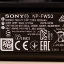 Der beiliegende Akku NP-FW50 besitzt eine Kapazität von 1020 Milliamperestunden und...