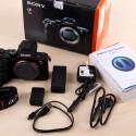 Das komplette Paket: Netzgerät, USB- und Stromkabel sowie ein Kameragurt liegen der Sony bei.