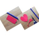 Nun müsst ihr auf eine Hälfte des Quadrats ein halbes Herz zeichnen. Versucht dabei, das Papier so gut es geht auszunutzen, damit ihr wenig Verschnitt habt und ein großes Herz erhaltet. Schneidet das Herz anschließend aus, indem ihr das Quadrat gefaltet lasst. Nachdem ihr das halbe Herz ausgeschnitten habt, könnt ihr das Quadrat aufklappen und haltet ein Herz in eurer Hand.