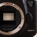 Der neue CMOS-Sensor im APS-C-Format bietet ein plus von zwei Megapixeln gegenüber der Vorgängerin EOS 7D.