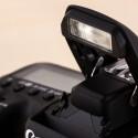 In der EOS 7D Mark II ist ein Blitz verbaut. Zudem verfügt die Kamera über einen Blitzschuh für Aufsteckblitze.