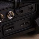 Neben Blitz-Synchro-Buchse und Anschluss für den Fernauslöser besitzt die EOS 7D Mark II einen Kopfhörerausgang und einen Mikrofoneingang. Über HDMI kann ein Signal an den Fernseher ausgegeben werden. Der USB 3.0-Anschluss sorgt für eine schnelle Datenübertragung.