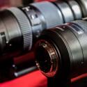 Pentax hat bereits auf der Photokina 2014 zwei Teleobjektive gezeigt, die für den großen Vollformat-Sensor gerechnet sind. Von einer passenden Kamera fehlte jedoch jede Spur.