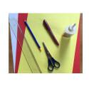 Als Vorbereitung solltet ihr euch die Bastelmaterialien zurechtlegen. Ihr benötigt: drei verschiedenfarbige Bogen Papier (am besten Karton, damit die Karte stabil wird), einen Bleistift, ein Lineal, eine Schere, einen Bunt- oder Filzstift und Leim. Die Farben der Bögen und somit der Karte könnt ihr beliebig an eure Wünsche anpassen. Wir möchten eine rote Karte mit einem roten 3D-Herz basteln. Auf der Vorderseite soll ein gelbes Herz zu sehen sein. Deshalb benötigen wir einen roten, gelben und weißen Papierbogen.