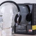 Als mobilen Begleiter mit aktiver Geräuschfilterung preist AKG den K495 NC an. Der Lieferumfang...