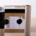 In diese beiden Löcher müssen die beiden Papprollen schräg hineinpassen.