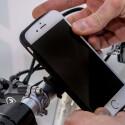 Eine Halterung für das iPhone 6 ist integriert.