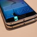 Beim Galaxy S6 Edge gibt es hier für ihn keinen Platz, daher wandert er bei der Modellvariante an die Oberseite.