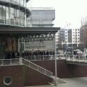 Menschenandrang vor dem Gruner und Jahr-Gebäude in Hamburg.