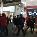 Das bunte Treiben vor dem HTC-Messe stand - festgehalten mit dem One M9. Für eine Handy-Kamera liefert das Smartphone unter den schwierigen Messebedingungen gute Bilder.