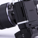 Mit den beiden optional erhältlichen Griffen erweitert sich auch die Funktionalität. Der Hochformatgriff bringt Einstellräder und Auslöser sowie einen zweiten Akku mit, während der Zwischengriff neben dem größeren Kameragriff noch eine Buchse für Kopfhörer zur Mark II hinzufügt.