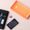 Der Akku kann vom Nutzer beim Microsoft Lumia 435 gewechselt werden.