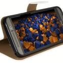 Die mumbi Bookstyle-Tasche für das One M9 lässt sich zum Smartphone-Ständer umfunktionieren.