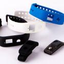 Der Nutzer hat die Wahl zwischen Clip und Armband.