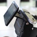 Der Mechanismus erlaubt es das Display auch um 45 Grad nach unten zu klappen. Das ist gut für Überkopfaufnahmen.