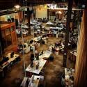 Über 1.000 Menschen arbeiten gemeinsam in einem Raum.