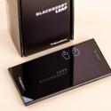 Beim BlackBerry Leap werden SIM- und microSD-Karte seitlich...