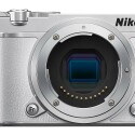 Die Systemkamera wird auch in Weiß angeboten. Hier der Blick auf den 1-Zoll-BSI-CMOS-Sensor mit 20-Megapixel-Auflösung.