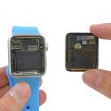 Hinter dem Display liegt der Akku. Dieser soll beim 38-Millimeter-Modell die Uhr bis zu 18 Stunden mit Strom versorgen. er ist nur leicht verklebt und lässt sich problemlos entfernen.
