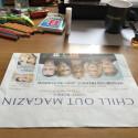Faltet die Seite der Zeitung einmal in der Mitte. Häufig ist dieser Knick bereits vorhanden, sodass ihr bei diesem ersten Schritt eine kleine Hilfe habt.