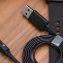 Die Pebble Time wird mit einem Magnet-Kabel per USB aufgeladen und...