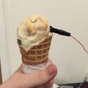 Denny George und Matthew Kaney haben dieses Gadget entwickelt, das tweeted sobald ihr an dem Eis leckt.