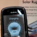 Lädt auch unter künstlichem Licht: Kyocera-Solarphone auf dem MWC.
