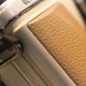 Um die Systemkamera besser halten zu können gibt es einen kleinen Kameragriff. Bei größeren Teleobjektiven dürfte dieser jedoch kaum ausreichend sein.