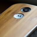 Wahlweise ist das Moto X auch mit Holzrücken erhältlich.