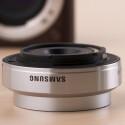 Das 9 Millimeter-Objektiv ist sehr kompakt gebaut. Um Gewicht zu sparen hat Samsung ein Plastik-Bajonett verbaut. Die Kamera selbst besitzt einen Anschluss aus Metall.