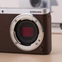 Die NX mini ist eine Systemkamera (DSLM), die die Maße einer Kompaktkamera besitzt.