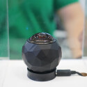 360 Fly ist eine kompakte Kugel mit einem Durchmesser von 6,1 Zentimetern und einem Gewicht von 138 Gramm. Die Besonderheit steckt bereits im Namen: Die eingebaute Kamera zeichnet 360-Grad-Videos auf.