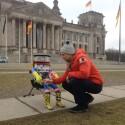 HitchBot zeigt dem Bundestag die eiskalte Schulter.