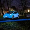 Ein Nissan Leaf leuchtet stimmungsvoll im Park. (Bild: Nissan)