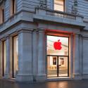 Zum Welt-Aids-Tag zeigen sich die Apple Stores mit einem rot eingehüllten Logo. Hier der Einkaufsladen in Barcelona.